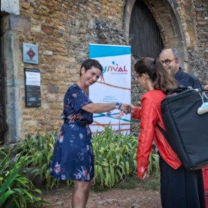 La représentante du Centre des monuments nationaux accueille la musicienne Mélanie Brégant.