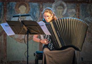 Mélanie Brégant interprète des transcriptions d'œuvres d'église. On croît entendre des grandes orgues dans la petite Chapelle des moines.